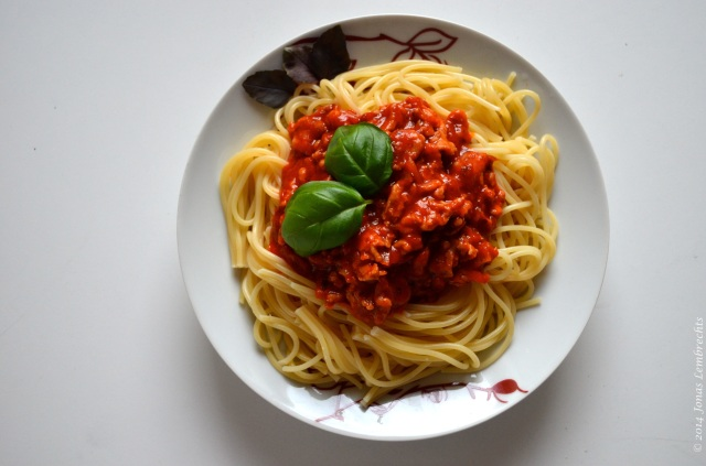 Spaghetti with basil
